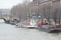 Terraplén del río el Sena en París Foto de archivo