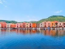 Terraplén del río en la ciudad de Bosa con las casas italianas coloridas, típicas provincia de Oristán, Cerdeña, Italia Fotos de archivo