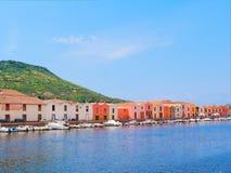 Terraplén del río en la ciudad de Bosa con las casas italianas coloridas, típicas provincia de Oristán, Cerdeña, Italia Foto de archivo