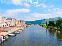 Terraplén del río en la ciudad de Bosa con las casas italianas coloridas, típicas provincia de Oristán, Cerdeña, Italia imagenes de archivo