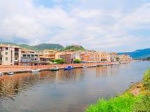 Terraplén del río en la ciudad de Bosa con las casas italianas coloridas, típicas provincia de Oristán, Cerdeña, Italia Foto de archivo libre de regalías
