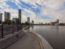 Terraplén del río Iset Ciudad de Ekaterimburgo Registro de Sverdlovsk Fotos de archivo libres de regalías