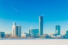 Terraplén en el invierno de Ekaterimburgo en un día soleado Foto de archivo