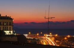 Terraplén y bahía de la noche en Heraklion fotografía de archivo