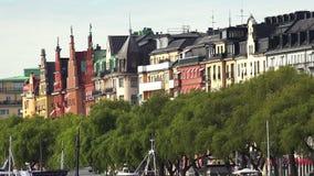Terraplén y embarcadero en el centro de Estocolmo suecia metrajes