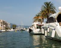Terraplén y puerto deportivo residencial en Empuriabrava, España Imagen de archivo libre de regalías