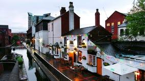 Terraplénes durante la lluvia por la tarde en el canal famoso de Birmingham en Reino Unido almacen de metraje de vídeo