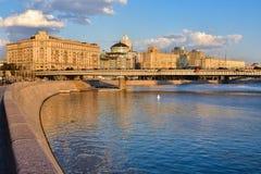 Terrapl?n del r?o de Moskva fotos de archivo libres de regalías