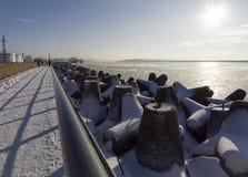A terraplenagem ao longo do mar Báltico da cidade de Klaipeda em Lituânia em um dia de inverno ensolarado fotografia de stock