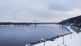 Terraplenagem coberto de neve do rio de Dnieper em Kiev fotografia de stock royalty free