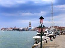 A terraplenagem com lâmpadas, barcos e turistas 24 de setembro de 2010 em Veneza Itália Fotografia de Stock Royalty Free