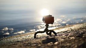 Terraplenagem concreta com uma câmera da ação no caso impermeável filme