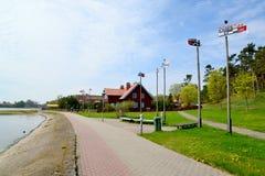 Terraplenagem da baía de Curonian em Nida, Lituânia fotos de stock