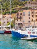 Terraplenagem da cidade pequena do porto do recurso de Córsega Fotografia de Stock