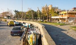 Terraplenagem da cidade perto do cais do mar em Pomorie, Bulgária Fotografia de Stock