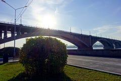 Terraplenagem da cidade, uma ponte sobre o rio Fotos de Stock