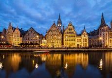 Terraplenagem da cidade velha na noite, Ghent Foto de Stock Royalty Free