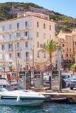 Terraplenagem da estância turística da ilha de Córsega no verão Fotografia de Stock
