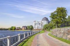 A terraplenagem da lagoa superior Kaliningrad, Rússia imagens de stock
