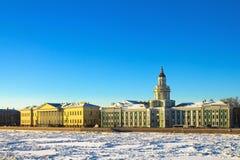 Terraplenagem da universidade em St Petersburg Imagens de Stock Royalty Free