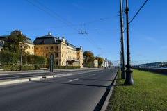 Terraplenagem da universidade em St Petersburg, Rússia Imagens de Stock