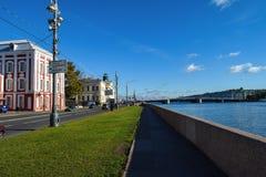 Terraplenagem da universidade em St Petersburg, Rússia Foto de Stock Royalty Free