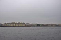 Terraplenagem de Angliyskaya e rio de Neva no inverno St Petersburg, Rússia Fotografia de Stock