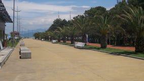 Terraplenagem de Batumi, Geórgia Bike o trajeto e as palmeiras perto da costa de mar vídeos de arquivo