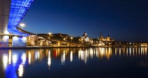 Terraplenagem de Chrobry na cidade de Szczecin (Stettin) na noite, Polônia imagens de stock