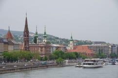 Terraplenagem de Danúbio do rio, igreja das feridas de St Francis Budapest, H foto de stock royalty free