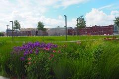 Terraplenagem de Krymskaya com as flores em Moscou em um dia de verão Fotos de Stock Royalty Free