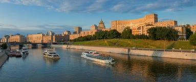 Terraplenagem de Moscou o rio Imagens de Stock Royalty Free
