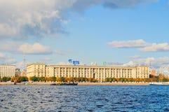 Terraplenagem de Petrovsky - casa residencial para empregados da intendência da marinha de URSS, St Petersburg do ` s dos povos,  Fotos de Stock