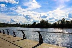 Terraplenagem de Sunny Moscow, ponte imagens de stock royalty free