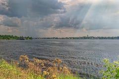 Terraplenagem de uma lagoa da cidade em um dia de verão ensolarado fotografia de stock