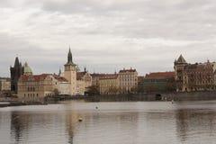 Terraplenagem de Vltava no tempo nebuloso do outono Fotos de Stock