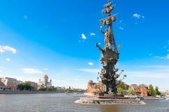 Terraplenagem de Yakimanskaya com o Peter a primeira afluência do monumento do rio de Moskva e do canal de Vodootvodny imagens de stock