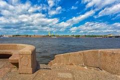 terraplenagem do granito do rio Neva e Peter e Paul Fortress no dia de verão, Foto de Stock