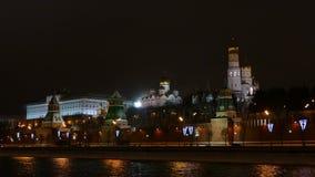 Terraplenagem do Kremlin de Moscou, carros da rua e na noite - inverno video estoque