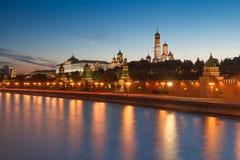 Terraplenagem do Kremlin de Moscou e paredes iluminadas na noite imagens de stock royalty free