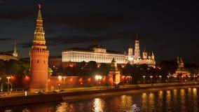 Terraplenagem do Kremlin na noite Fotos de Stock Royalty Free