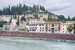 A terraplenagem do rio de Adige em Verona, Itália Fotografia de Stock Royalty Free