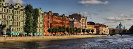 Terraplenagem do rio de Fontanka e da catedral da trindade em St Petersburg imagens de stock royalty free