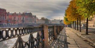 Terraplenagem do rio de Fontanka e ponte de Anichkov em St Petersburg foto de stock royalty free