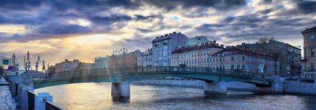 A terraplenagem do rio de Fontanka em St Petersburg na diminuição irradia-se imagem de stock