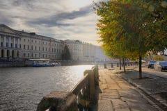 Terraplenagem do rio de Fontanka no sol em St Petersburg imagem de stock