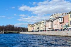 Terraplenagem do rio de Fontanka, ponte de Panteleimonovsky em St Petersburg, Rússia Fotos de Stock Royalty Free