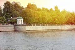 A terraplenagem do rio de Moscou com vistas do miradouro Foto de Stock