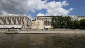 Terraplenagem do rio de Moscou Moskva, dia de Rússia Tiro de um barco de prazer do turista filme