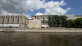Terraplenagem do rio de Moscou Moskva, dia de Rússia Tiro de um barco de prazer do turista video estoque